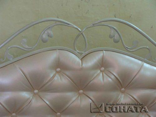 Изголовье кровати с элементами ковки.