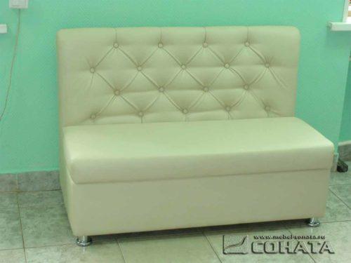 Небольшой диван, который можно поставить где угодно.
