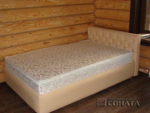 Кровать нестандартного размера для загородного дома.